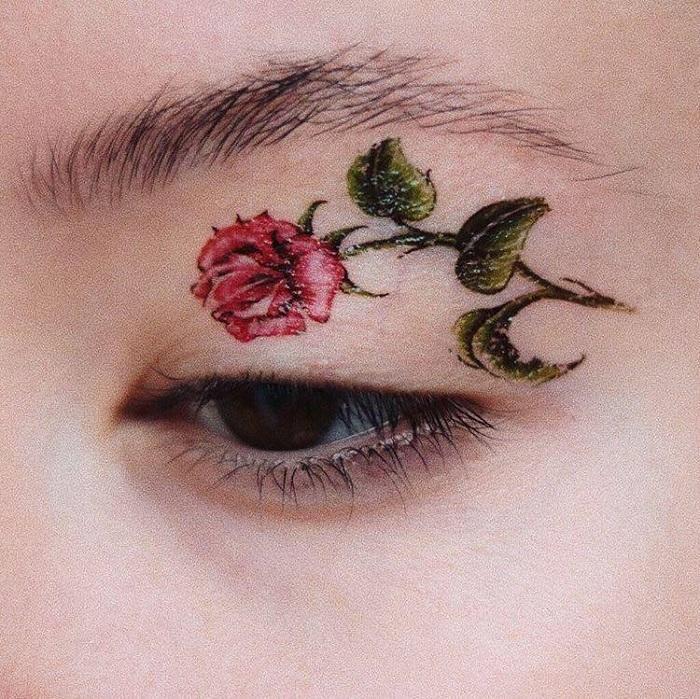 Instagram'ın 2019 Trendi: Minik Göz ve Dudak Emoji Dövmeleri