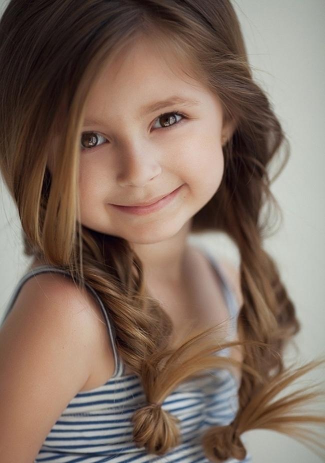 küçük kızlara örgülü saç