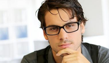 Gözlüklü Erkeklere Uygun Saç Modelleri Hangileridir?